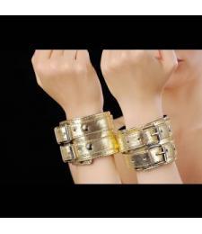 Золотистые наручники, соединенные коротким ремешком